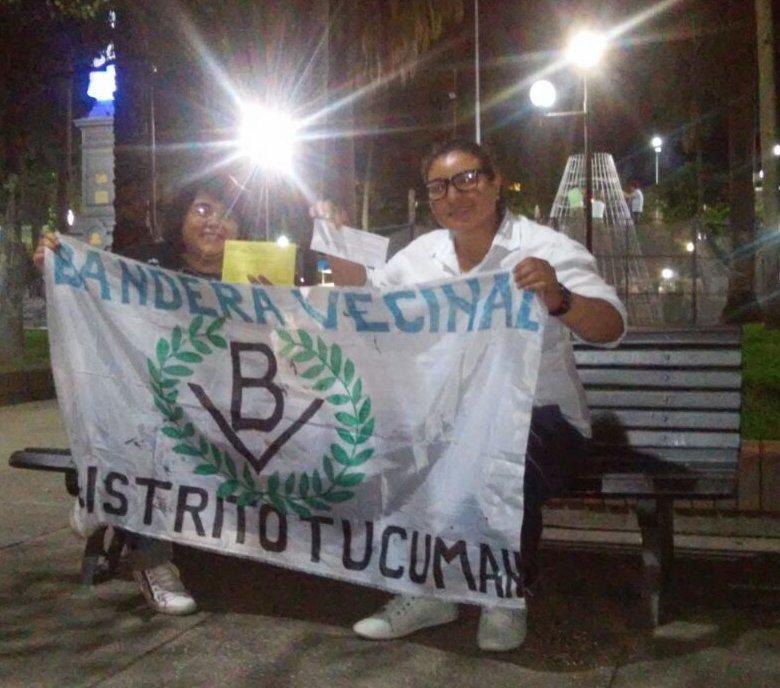 En la foto, de dos compañeras militantes del BV de la ciudad de Concepción, en la plaza principal, mostrando orgullosas la enseña del Partido y sus fichas de afiliadas