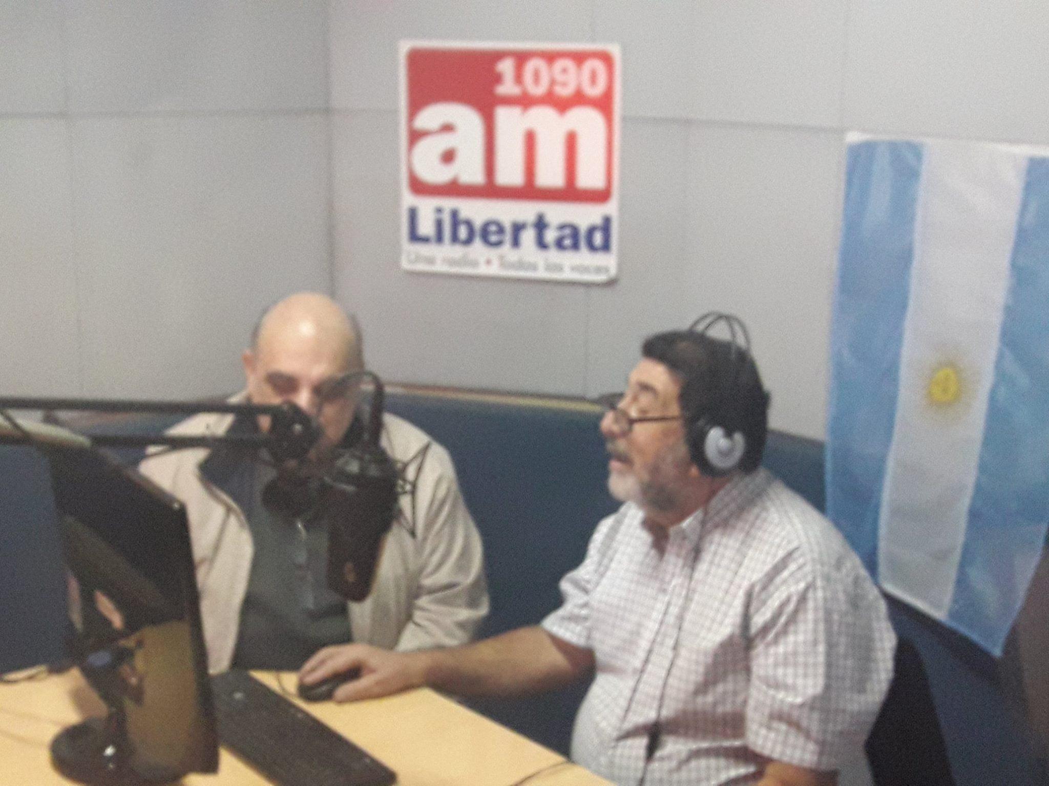 """Biondini en los estudios de AM Libertad 1090 de Rosario dialogando con el periodista Hugo Fernández Moreno, conductor del programa """"El Protagonista"""" (foto 2)"""